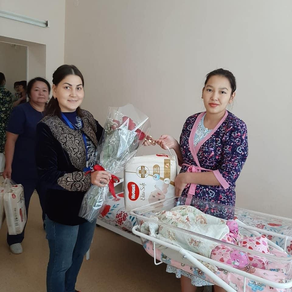 Акимат Сарыаркинского района поздравили родильниц с днем семьи