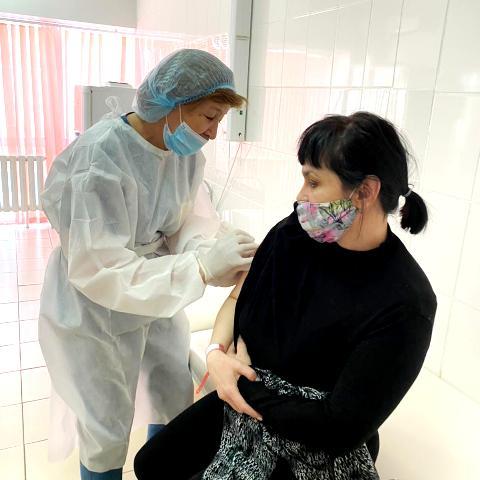 Медицинские работники получили вторую дозу вакцины от коронавируса